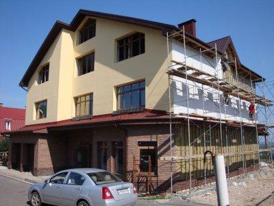 """<p>Коттедж в ТСЖ """"Лагуна"""" 2008 года постройки, 2-этажный, 300 кв. м. Кровля - металлочерепица. Все коммуникации подведены и функционируют. Подготовлен к чистовой отделке. 2 санузла (с отделкой).<br /><br /> Земельный участок 9,5 соток.  На участке расположен отдельностоящий 2-этажный хозяйственный блок, площадью 200 кв.м., с отделкой (1 этаж: отапливаемый гараж на 2 автомобиля с мойкой, котельная, прачечная, кладовая ; 2 этаж: комната отдыха, санузел, душевая, бассейн, сауна, веранда).<br /><br /> ТСЖ """"Лагуна"""" – престижный, экологически чистый район и идеальное место для проживания, где сформирована элитная малоэтажная застройка (индивидуальное жилье, таунхаусы, малоквартирные дома). Хорошая транспортная доступность позволяет добраться в любой конец города, в ТЦ «МЕГА». В непосредственной близости отделения банков, детские сады, школы, магазины: «Перекресток», «Лента», «Фантастика», «ОБИ».</p>"""